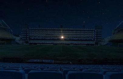 En la oscuridad, el palco de Maradona iluminado.